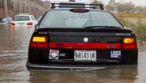 Что делать во время наводнения, когда вы остались в машине?